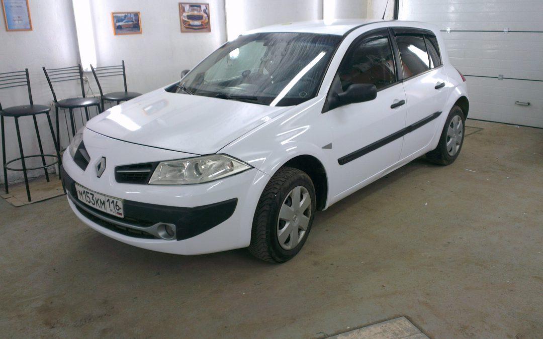 Перетяжка белой пленкой автомобиля Renault Megane для такси — май 2013