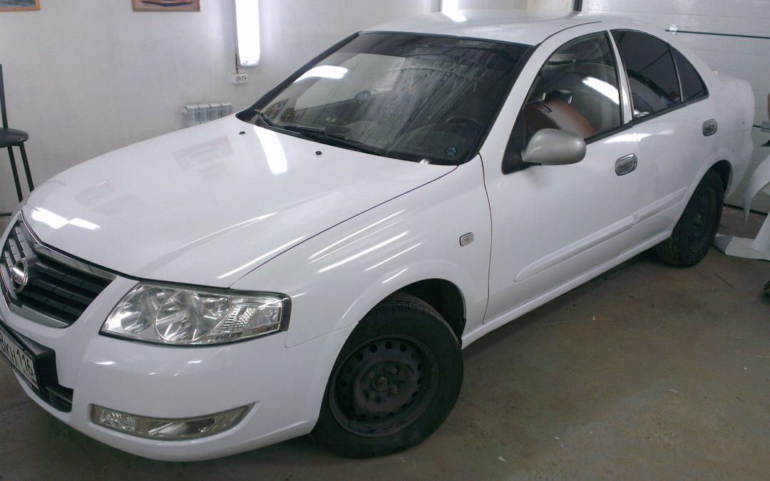 Оклейка автомобиля Nissan Almera белой пленкой для такси — май 2013
