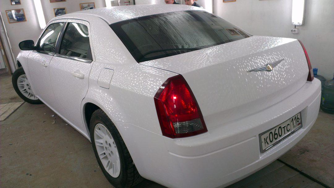 Chrysler 300C — оклейка автообиля белой пленкой — чешуя дракона