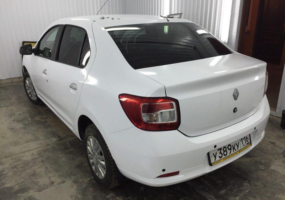 Renault Logan — полная оклейка автомобиля пленкой белый глянец