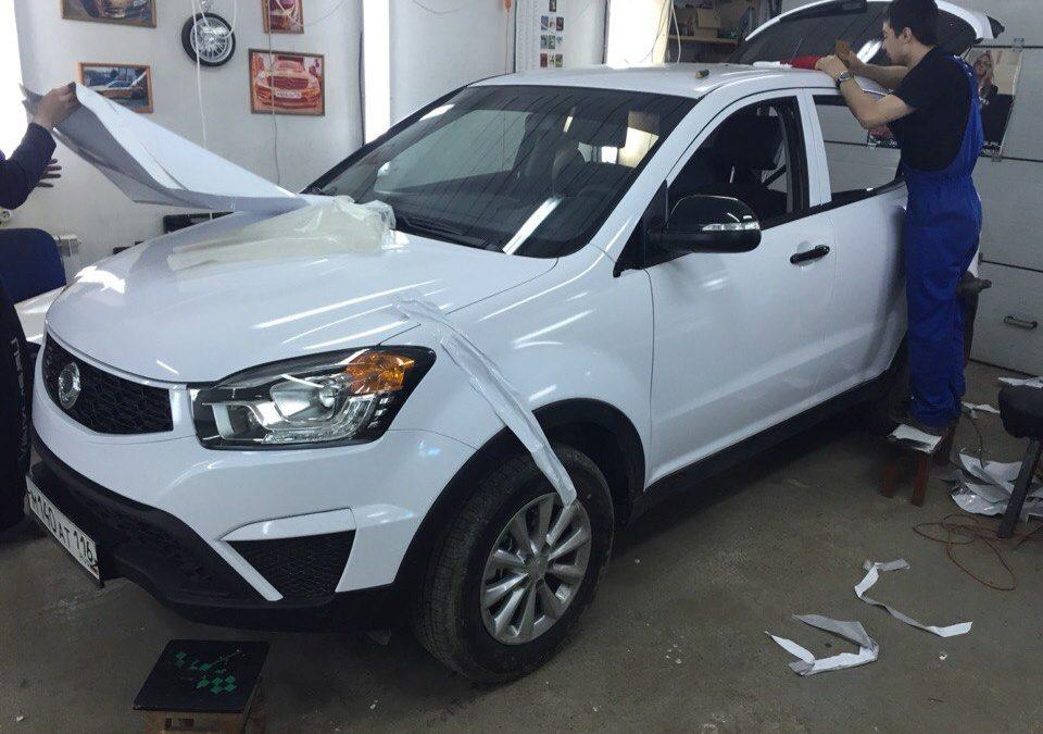 Оклейка автомобилей VW Passat и SsangYong Actyon для такси белой глянцевой пленкой KPMF