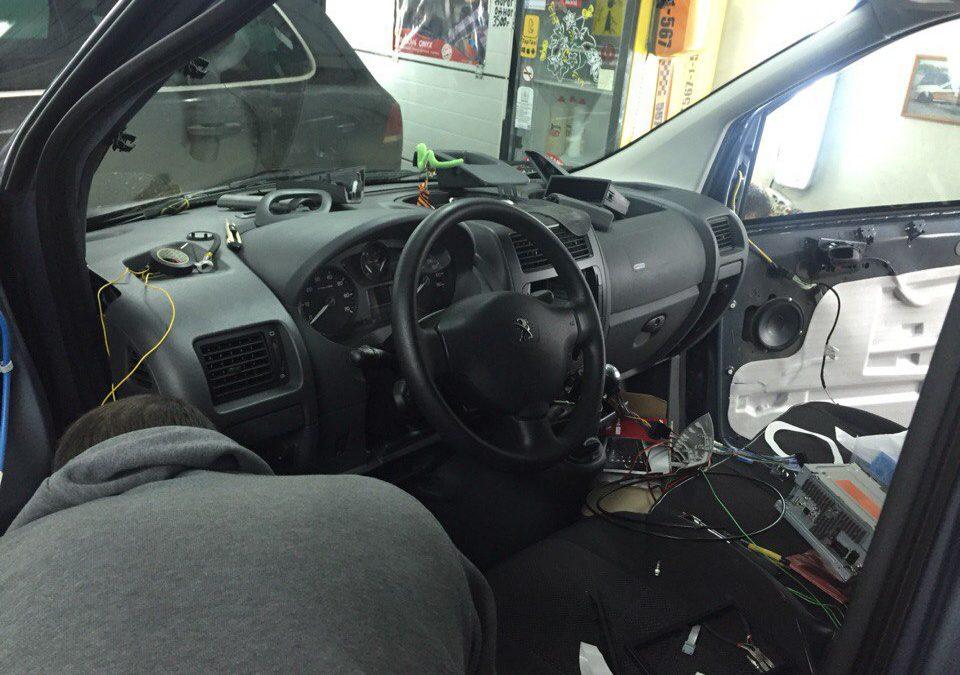 Установка автоакустики, нового головного устройства и камеры заднего вида — Peugeot Partner
