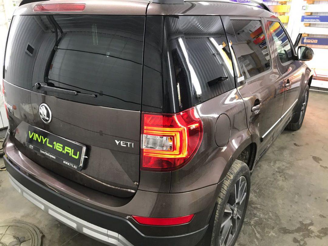 Бронирование передней части антигравийной плёнкой , тонировка задних стёкол плёнкой Luxman 95% и установка камеры заднего вида на автомобиль Skoda Yeti