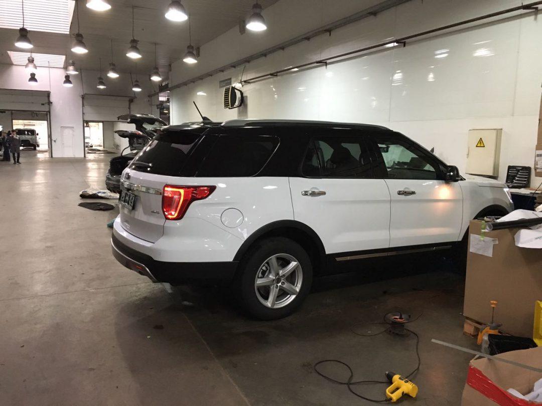 Оклейка крыши в чёрный глянец пленкой KPMF premium — Ford Explorer