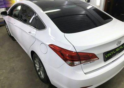 Перетяжка кузова белой глянцевой немецкой плёнкой, оклейка крыши чёрной матовой плёнкой премиум класса KPMF — Hyundai i40