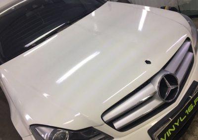 Бронирование передней части антигравийной плёнкой, тонировка стёкол плёнкой SunControl 50% — автомобиль Mercedes C класса