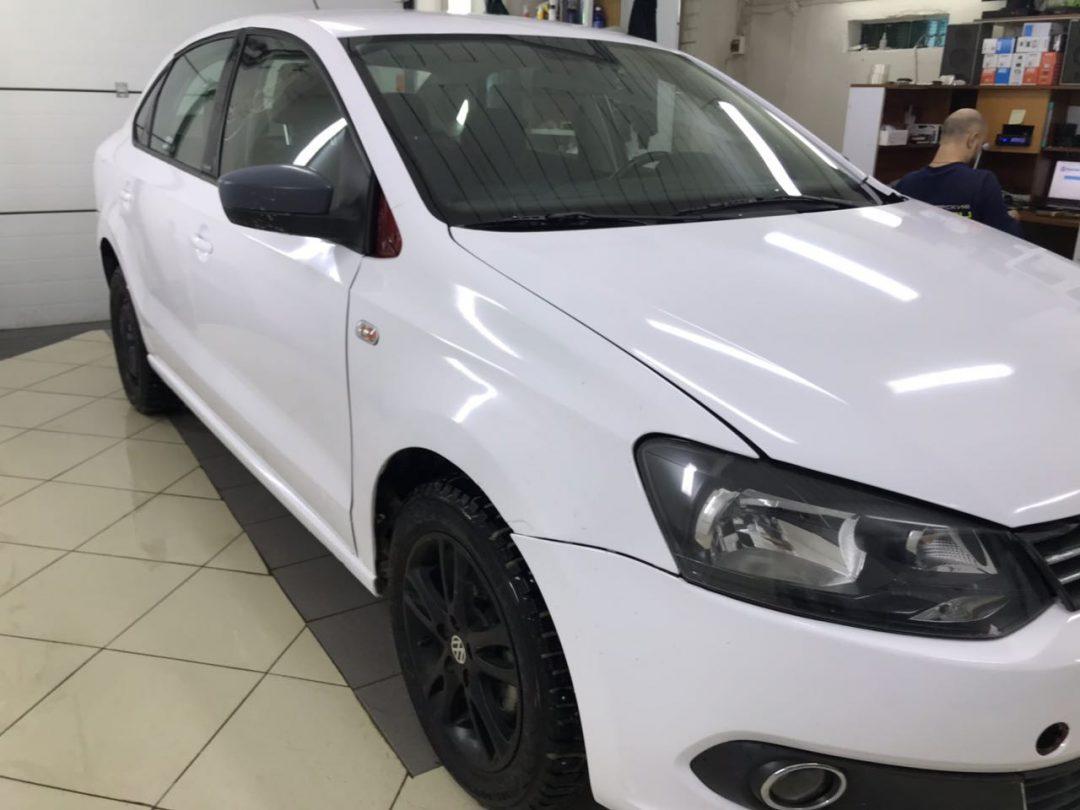 Оклейка кузова автомобиля Volkswagen Polo белой глянцевой немецкой плёнкой