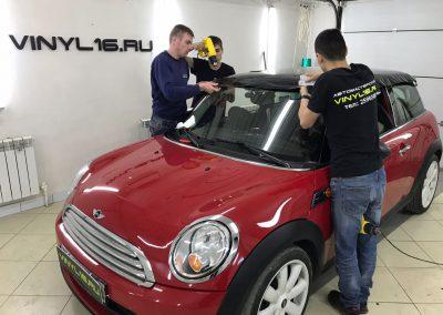 Оклейка крыши черной глянцевой пленкой KPMF Premium — Mini Cooper