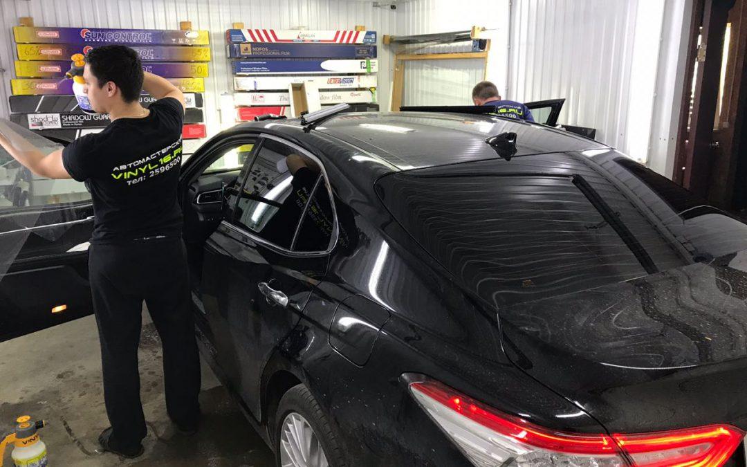 Тонировка задних стёкол плёнкой Johnson 95% и тонировка передних стёкол плёнкой Shadow Guard 20% — автомобиль Toyota Camry