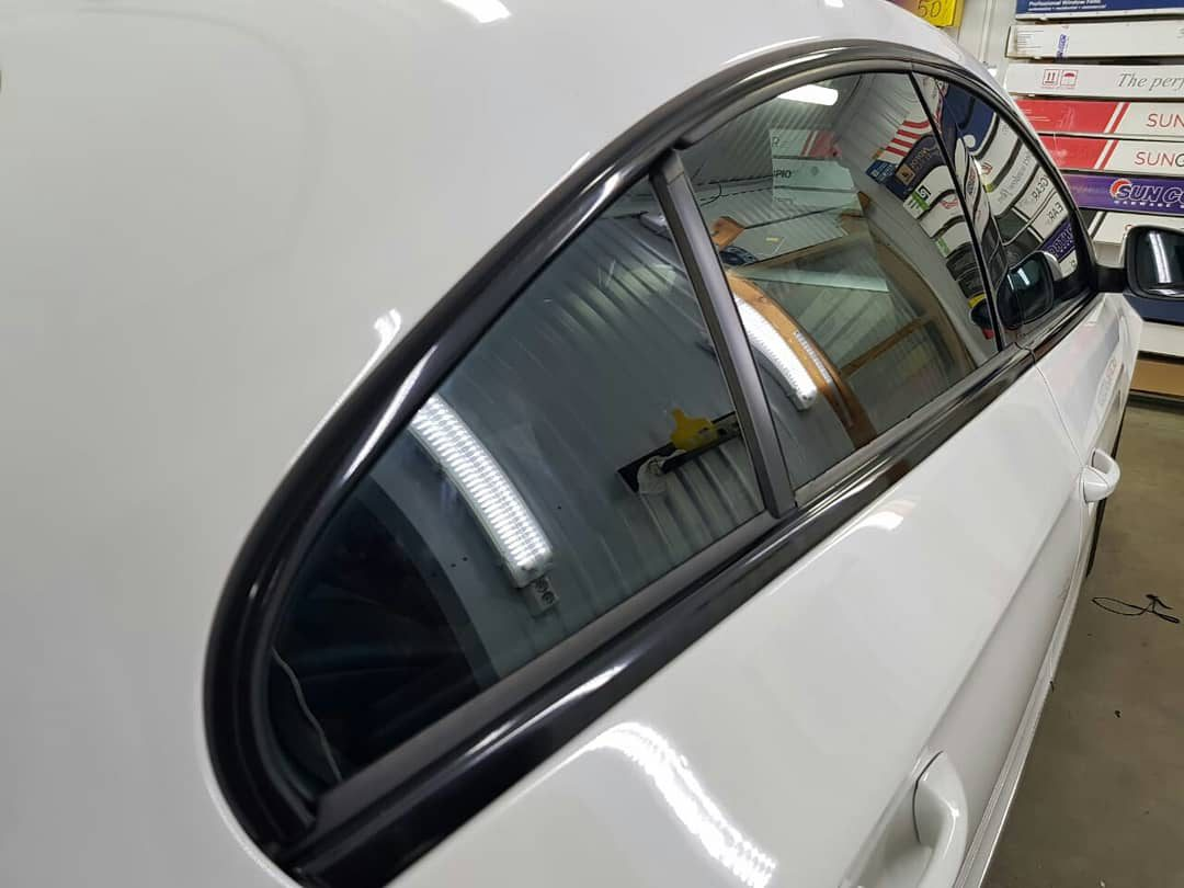 Выполнена работа по оклейке хрома «Shadow Line» черной глянцевой плёнкой Premium KPMF — автомобиль Volkswagen Passat