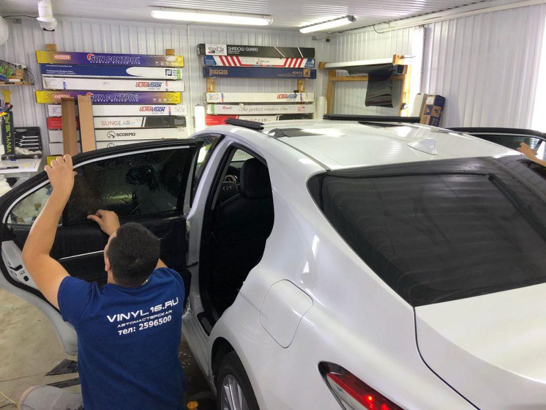 Бронирование капота полиуретановой плёнкой Hexis Bodyfence, тонировка задней части плёнкой премиум класса Johnson 95% — Toyota Camry