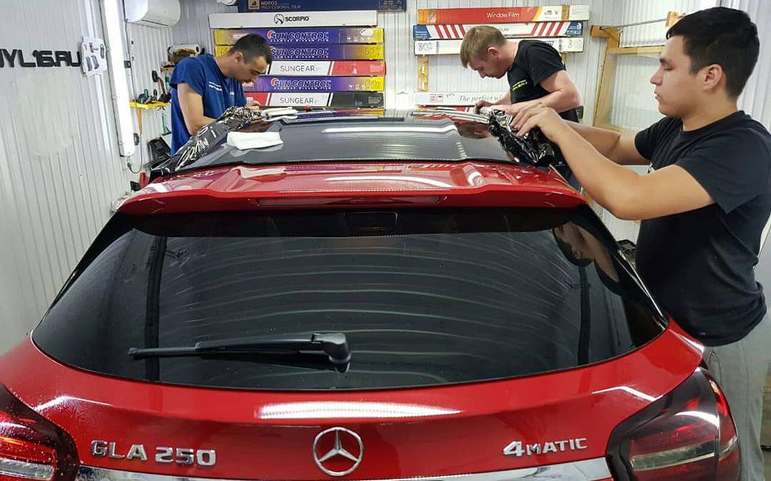 Оклейка крыши и стоек в черную супер глянцевую пленку Oracal 970 премиум и тонировка задней оптики — Mercedes GLA 250