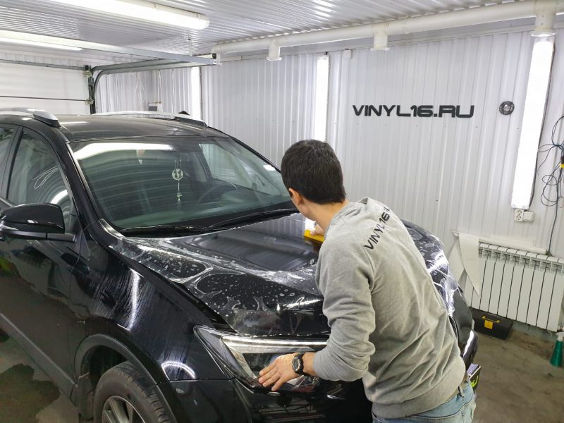 Комплексное бронирование антигравийной плёнкой и тонировка задней полусферы плёнкой LLumar 95% — Toyota Rav 4