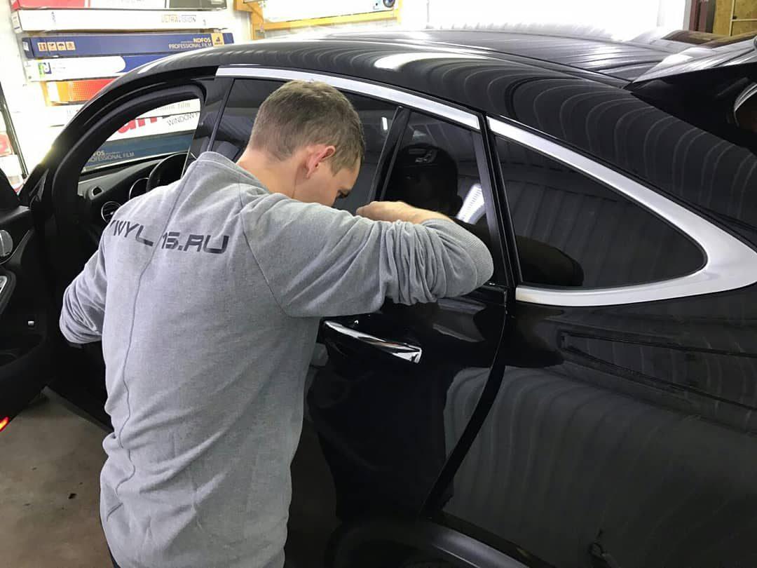 Оклейка хромированных деталей Shadow Line черной глянцевой пленкой KPMF Premium — автомобиль Mercedes GlC