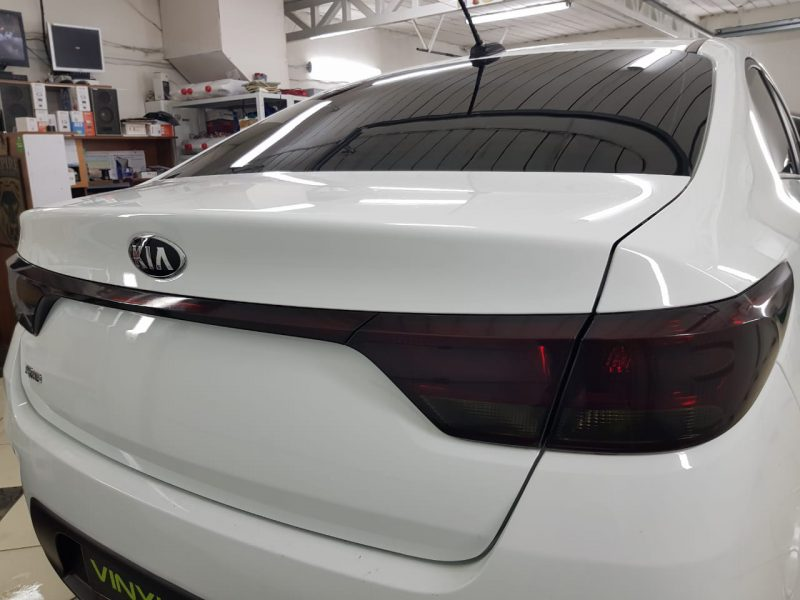 Затонировали заднюю оптику на автомобиле Kia Rio