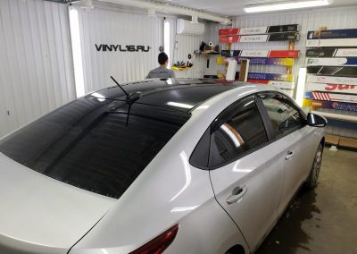 Оклейка крыши в чёрный глянец KPMF Premium на Hyundai Solaris