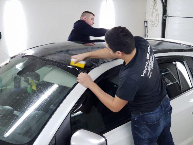 Оклейка крыши черной глянцевой плёнкой Oracal 970 и тонировка задней сферы пленкой ShadowGuard — Renault Koleos