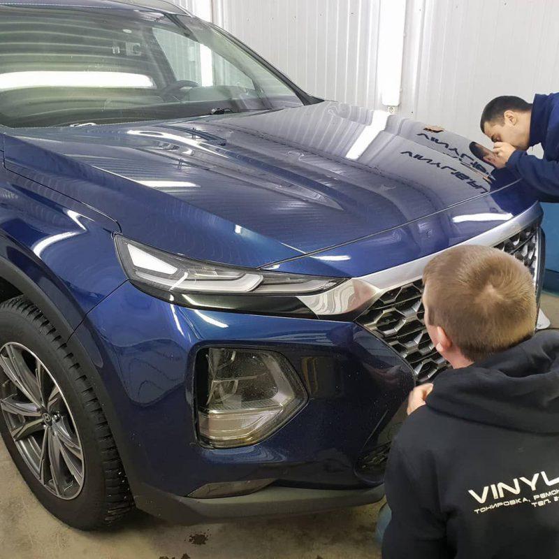Частичная оклейка хрома Shadow Line черной глянцевой пленкой KPMF premium — Hyundai Santa Fe 2018