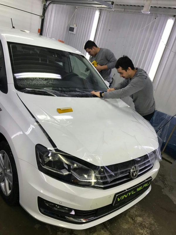 Комплексное бронирование кузова антигравийной плёнкой- автомобиль Volkswagen Polo