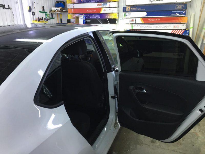 Оклейка крыши, спойлера черной глянцевой плёнкой Oracal 970. Затонировали заднюю полусферу плёнкой SunTek 95% — автомобиль Volkswagen Polo