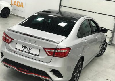 Оклейка крыши черной глянцевой плёнкой KPMF Premium — Lada Vesta Sport