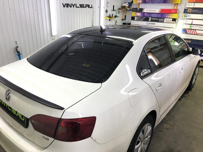 Оклейка крыши и зеркал черной глянцевой плёнкой KPMF Premium — автомобиль Volkswagen Jetta