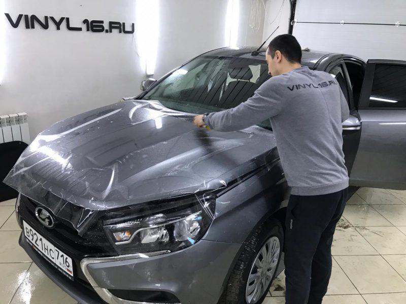 Забронировали капот антигравийной плёнкой — автомобиль Lada Vesta