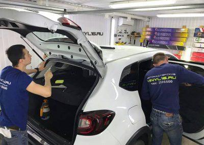 Затонировали заднюю полусферу металлизированной плёнкой премиум класса с отличной видимостью LLumar 95% — автомобиль Renault Kaptur