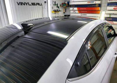 Оклейка крыши, спойлера черной глянцевой плёнкой Oracal 970 и затонировали заднюю полусферу плёнкой LLumar 95% — автомобиль Hyundai Elantra