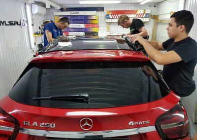 Mercedes GLA — тонировка оптики и оклейка крыши и стоек черной глянцевой пленкой Oracal 970