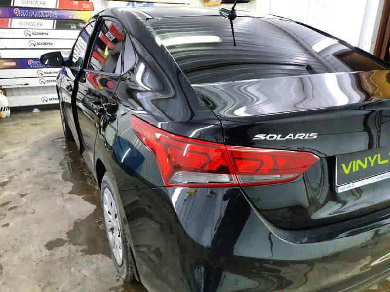 Затонировали заднюю полусферу металлизированной плёнкой премиум класса с отличной видимостью UltraVision 95% — автомобиль Hyundai Solaris