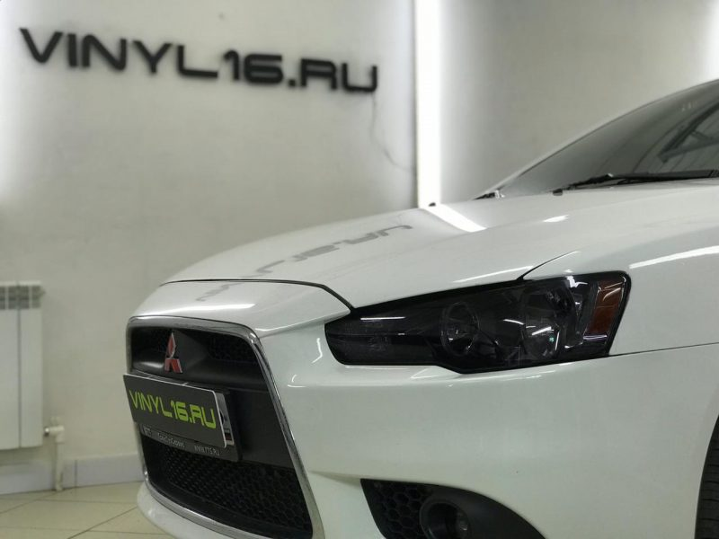 Тонировка фар автомобиля Mitsubishi Lancer полиуретановой пленкой STEK
