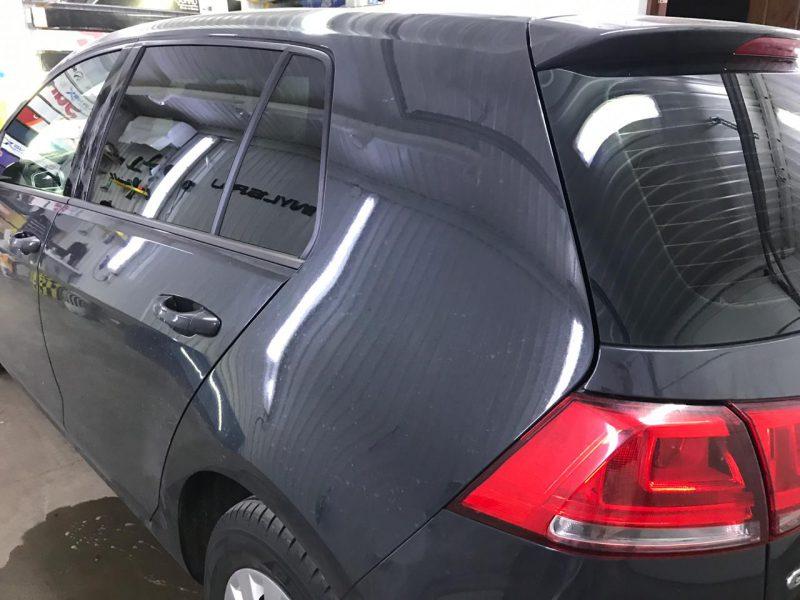 Затонировали заднюю полусферу плёнкой с отличной видимостью NDFOS 95% — автомобиль Volkswagen Golf