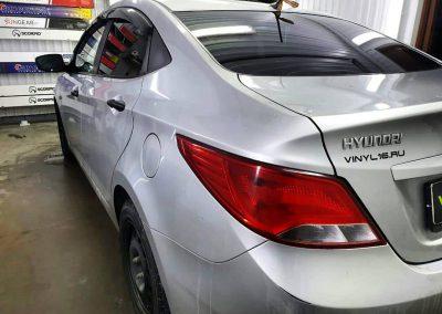 Затонировали заднюю полусферу плёнкой премиум класса с отличной видимостью LLumar 95% — автомобиль Hyundai Solaris