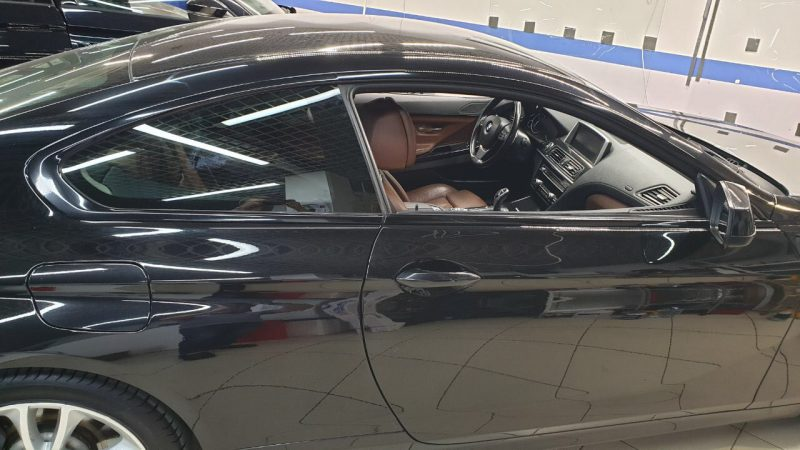 Оклеили хромированные молдинги вокруг боковых стекол чёрной глянцевой пленкой — BMW 6 купе