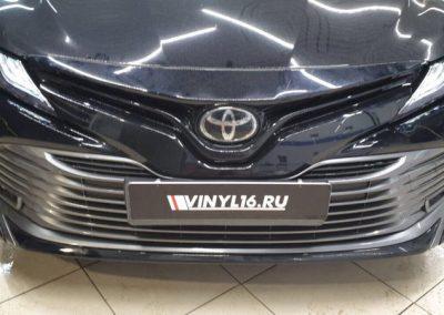 Бронирование передних фар Toyota Camry полиуретановой пленкой с эффектом затемнения Stek оттенок Dinosmoke