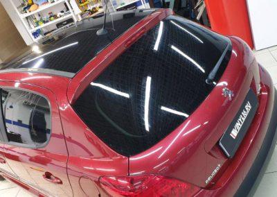 Оклейка крыши и зеркал автомобиля Peugeot 207  пленкой в чёрный глянец