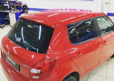 Оклейка крыши автомобиля Skoda Fabia пленкой черный глянец