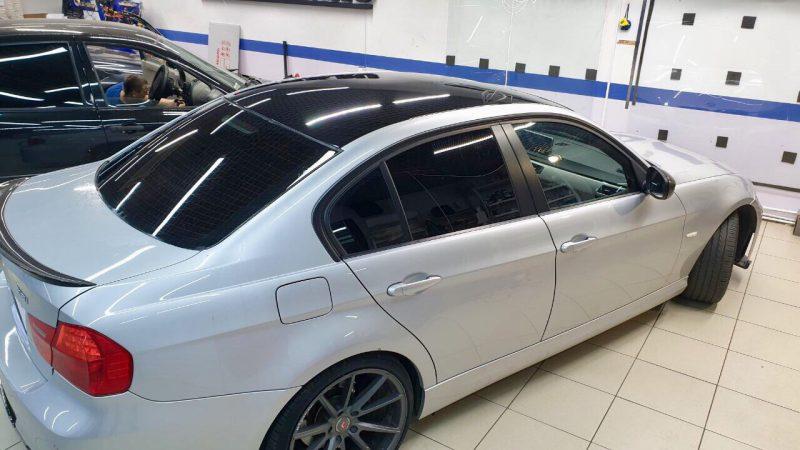 Оклейка крыши в чёрный глянец плёнкой Oracal 551- BMW 118