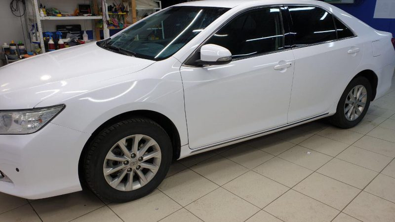 Оклейка автомобиля Toyota Camry белой глянцевой пленкой