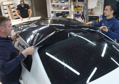 Оклейка крыши автомобиля Kia Rio черной глянцевой пленкой