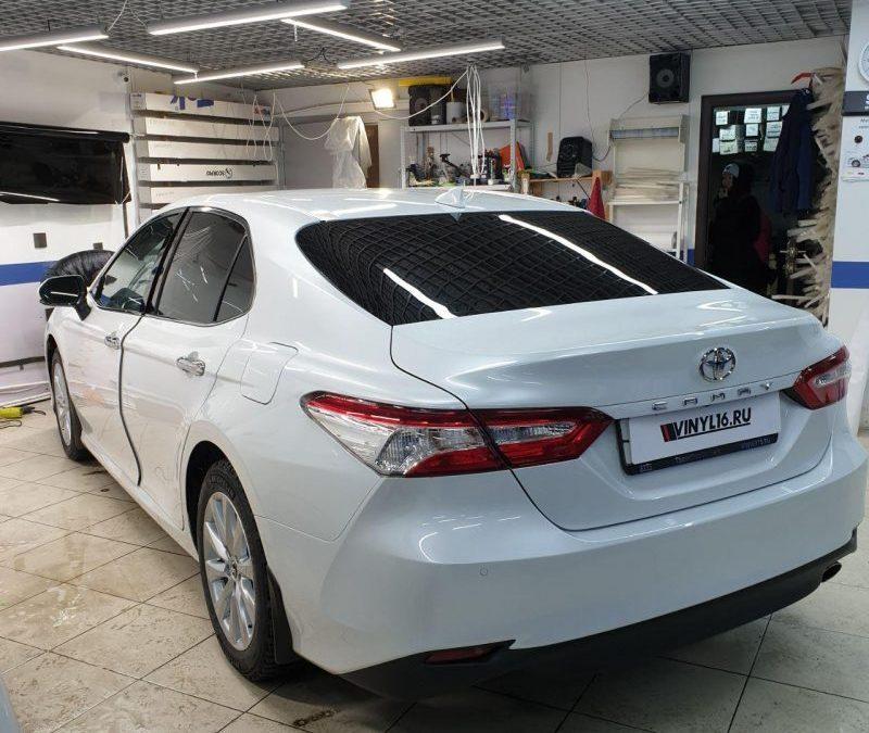 Новая Toyota Camry — бронирование фар полиуретаном, бронирование под ручками и зоны погрузки, тонировка плёнкой Shadow Guard
