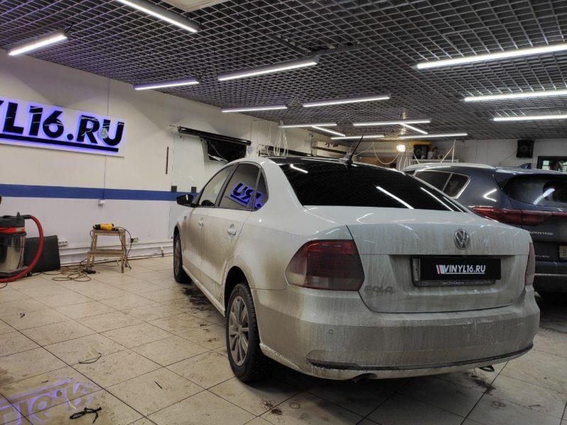 Оклейка крыши автомобиля и зеркал черной глянцевой пленкой — VW Polo