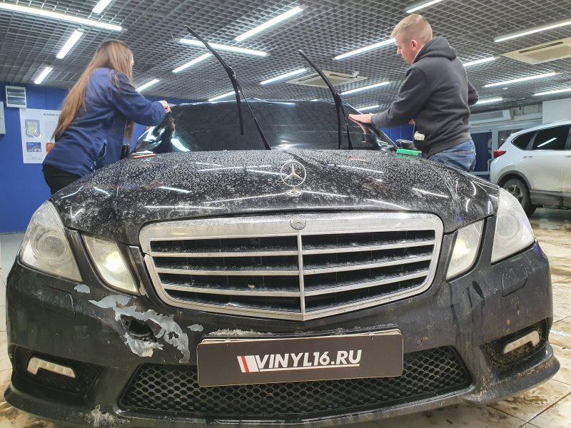 Тонировка лобового стекла автомобиля Mercedes E200 пленкой Shadow Guard