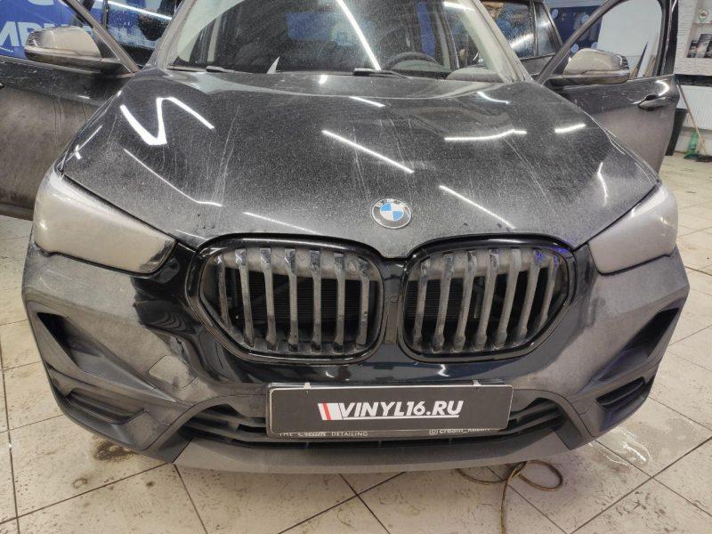 BMW X1 — оклейка решетки радиатора пленкой черный глянец и тонировка стекол пленкой Llumar