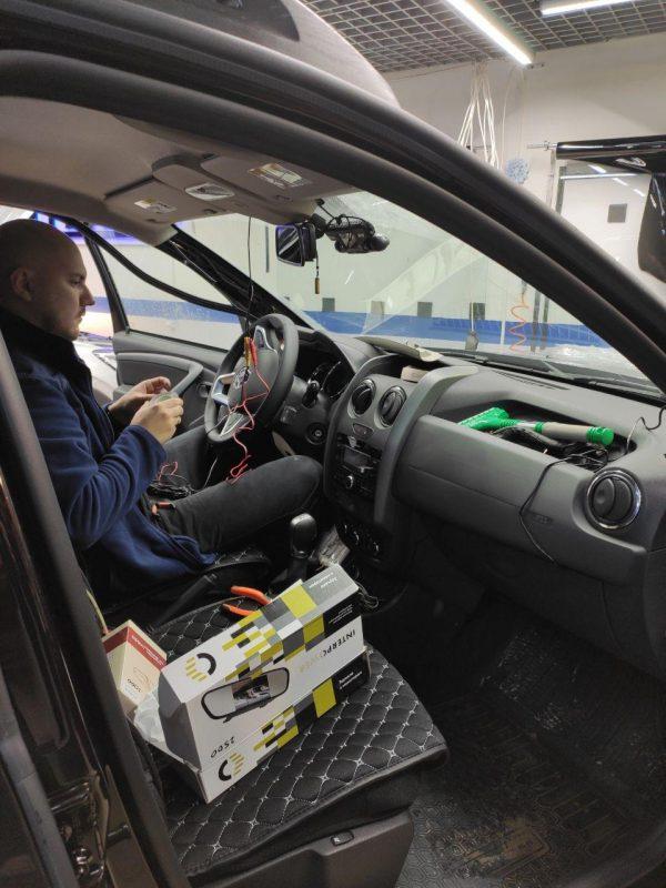 Renault Duster — тонировка задних стекол пленкой Carbon и установка скрытой проводки для видеорегистратора