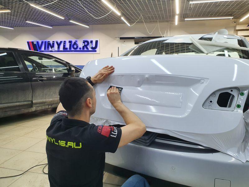 Оклейка кузова автомобиля белой глянцевой пленкой — Nissan Almera