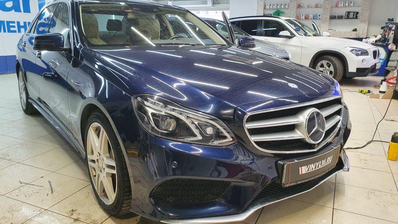 Mercedes E200 — демонтаж защитной пленки на бампере и  бронирование бампера новой полиуретановой пленкой, бронирование фар автомобиля