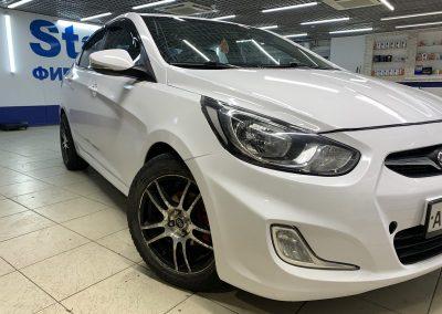 Оклейка автомобиля Hyundai Solaris белой глянцевой пленкой