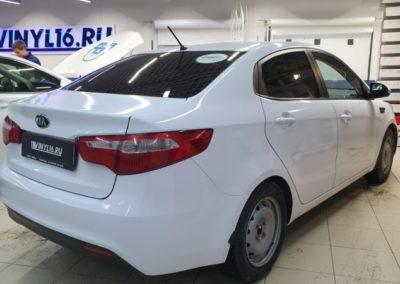 Оклейка автомобиля Kia Rio белой глянцевой пленкой